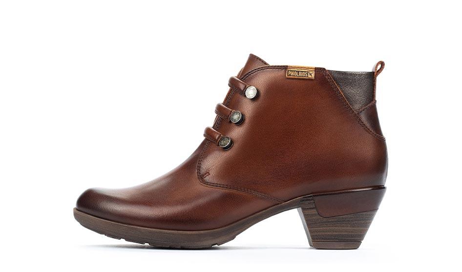 Zapato con cordones para hombre estilo casual con detalle de color en la suela.